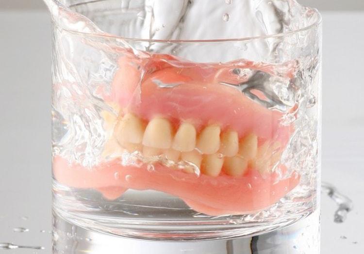 7 правил ухода за съемным зубным протезом