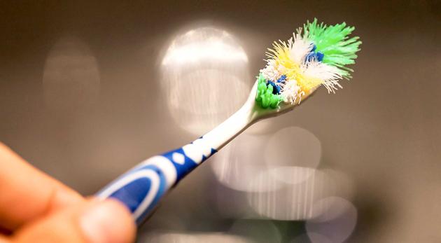 Частая замена зубной щетки поможет избежать пришеечного кариеса