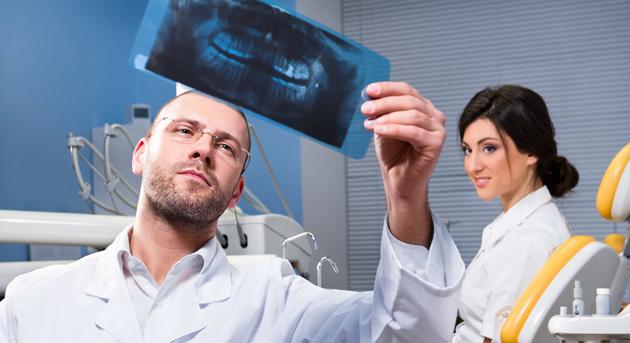 Перед началом лечения врач тщательно изучает снимки зубов