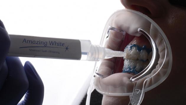 Amazing White отбеливание считается более безопасным по сравнению с процедурой Zoom