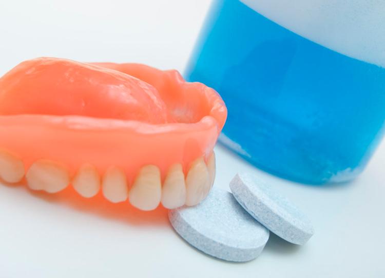 Таблетки для очищения съемных зубных протезов. Обзор лучших