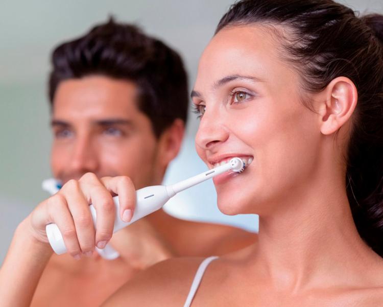 5 советов, как безопасно и эффективно чистить зубы электрической щеткой