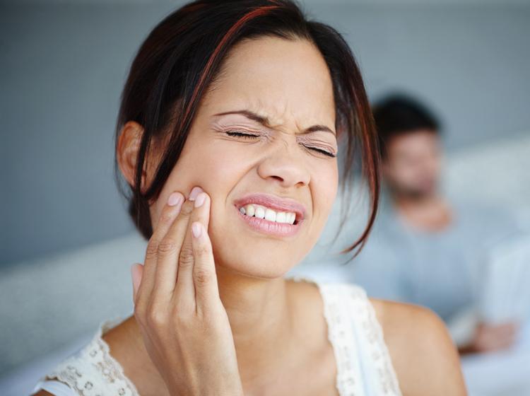 Лезет зуб мудрости, и болит десна: полезные советы, что делать