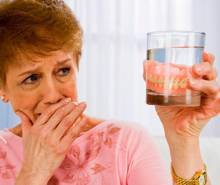 Натирают съемные зубные протезы: 4 рекомендации, что делать