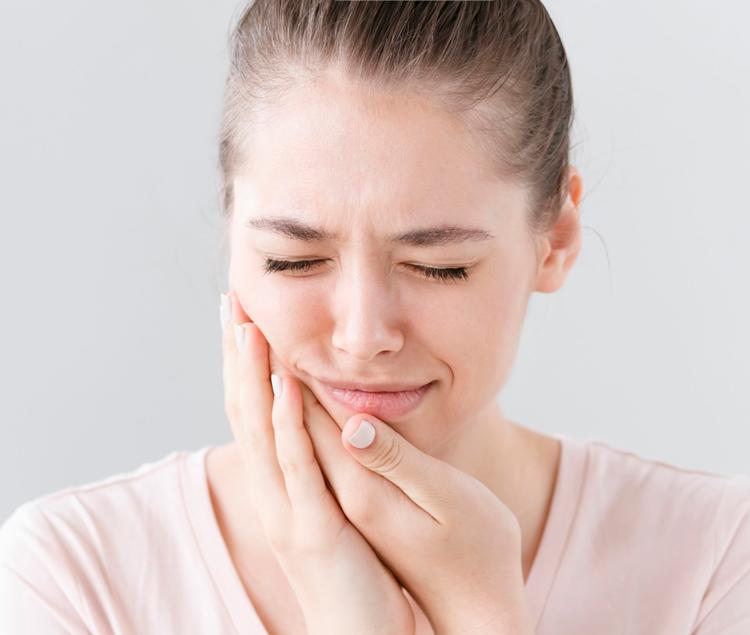 Сколько болит десна после удаления зуба: разбор 5 клинических случаев